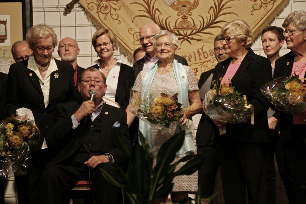 """Für 75 Jahre Chormitgliedschaft im Kirchenchor Waldbreitbach wurde Franz Josef """"Musje"""" Hertling geehrt."""